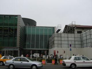 新旧の函館駅。あの駅舎がなくなるのは寂しいな