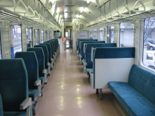 最上川が見られるよう座席配置されたキハ110系300番台車内
