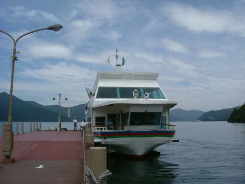 伊豆箱根船の遊覧船。箱根にはバス・船など箱根登山系と伊豆箱根系が混在しているが、伊豆箱根系はおおむね空いていてシーズンにはお勧め。値段も安いし…。
