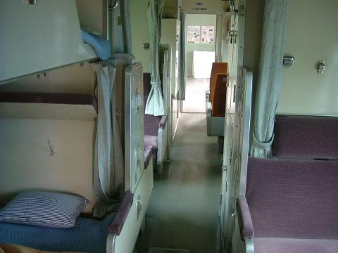 二段式寝台。上段はカムフラのために窓がないのね。1両でいいから自宅代わりにしたいね〜(笑)。