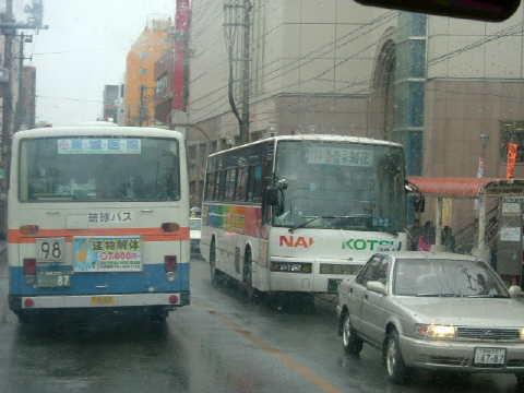 パレットくもじまでバスに乗りました。国際通りは雨の中です。