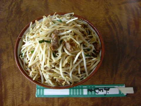 前田食堂の人気のメニュー・牛肉そば(550円)を味わう。ボリュームがあってよかった。