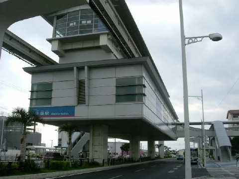 「日本最南端の駅」赤嶺駅です。西大山駅を本土最南端に追いやった駅です。ここは近くのスーパーに駐車して行きました。