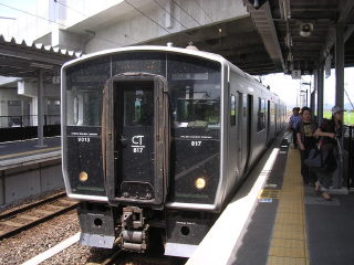 新八代駅での817系。上に新幹線の線路が見える