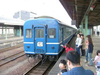 下関駅で機関車付け替えのためホームに下りる