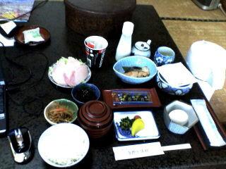平野屋旅館の朝食。朝食にしてはボリュームたっぷり