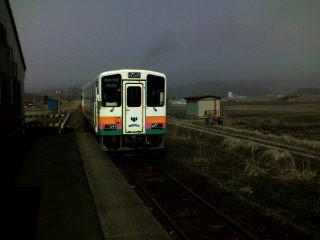 鮎貝駅をでるフラワー長井線の列車