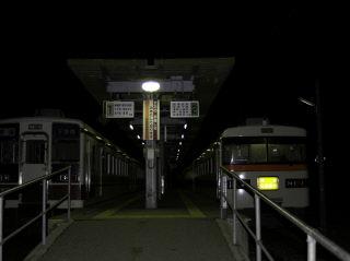 朝の会津高原尾瀬口駅。6050系も停まっています