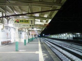 夜の加茂(新潟県)駅。コンビニ行くために降りました。