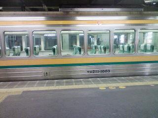 小窓が並ぶ211系グリーン車。小窓の連続、なぜか好き…